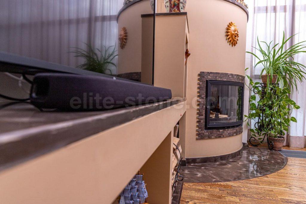 Камин из искусственного камня Hi Macs в гостиной - фото 2