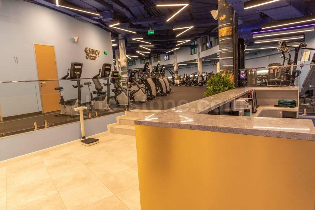 Барная стойка из искусственного камня в фитнес-клубе - фото 3