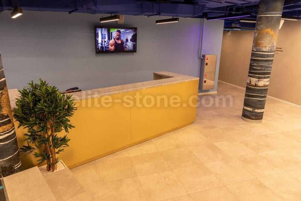 Барная стойка из искусственного камня в фитнес-клубе - фото 5