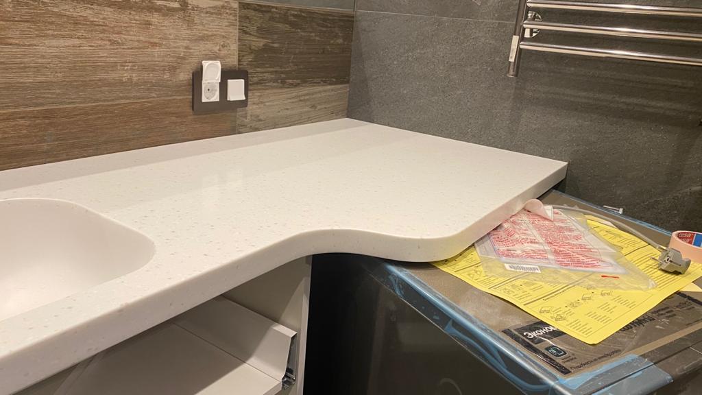 Г-образная столешница с интегрированной мойкой, столешница и стол для ванной - фото 4