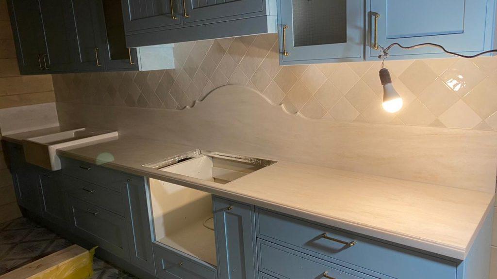 Белая столешница и стеновая панель для кухни из камня Grandex - фото 2