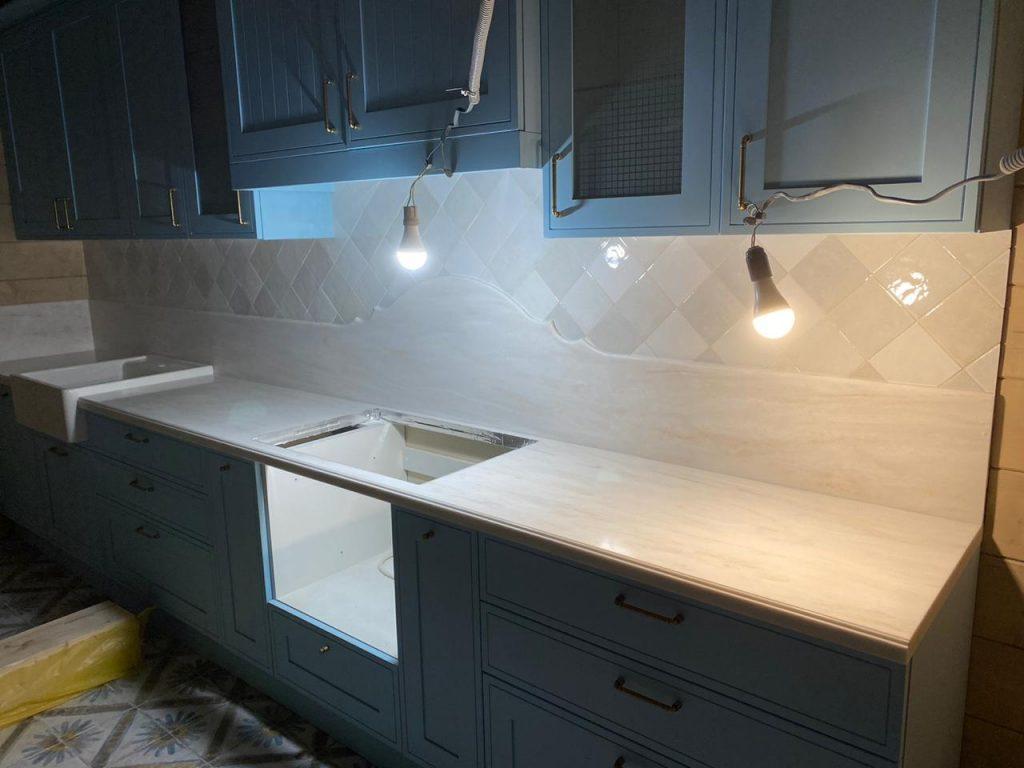 Белая столешница и стеновая панель для кухни из камня Grandex - фото 4