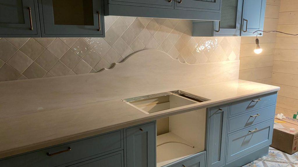Белая столешница и стеновая панель для кухни из камня Grandex - фото 5