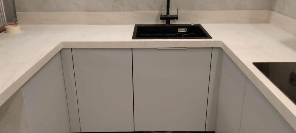 Белая П-образная столешница для кухни из искусственного камня TriStone - фото 1