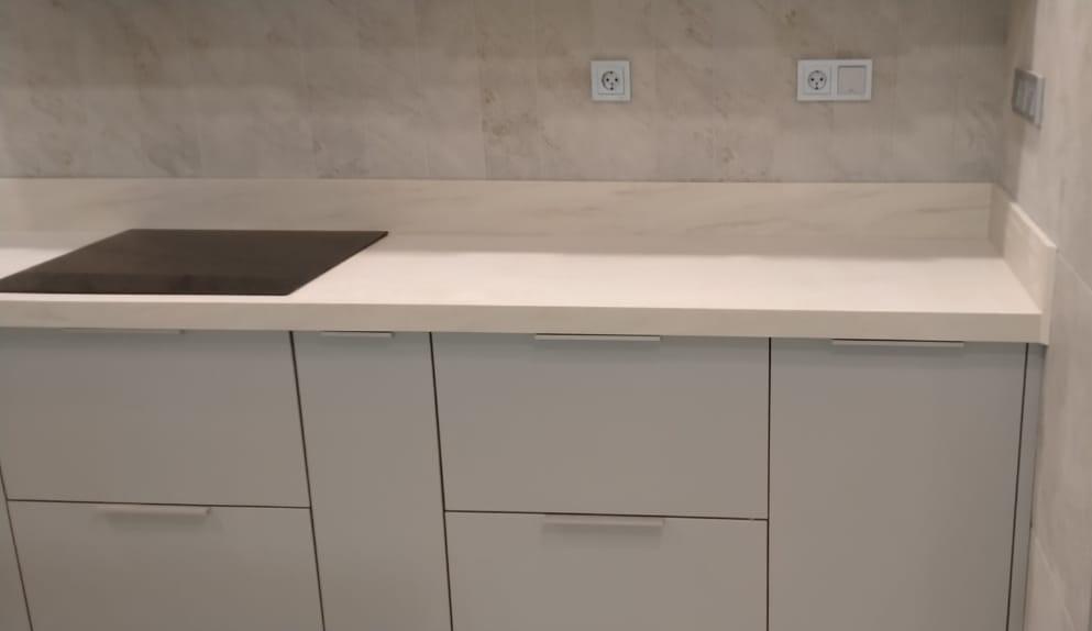 Белая П-образная столешница для кухни из искусственного камня TriStone - фото 2