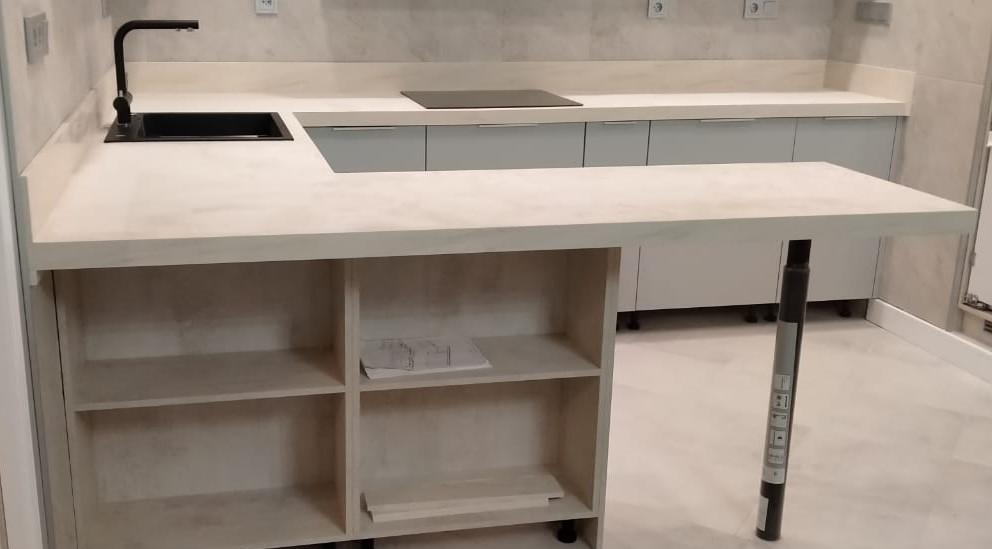 Белая П-образная столешница для кухни из искусственного камня TriStone - фото 3