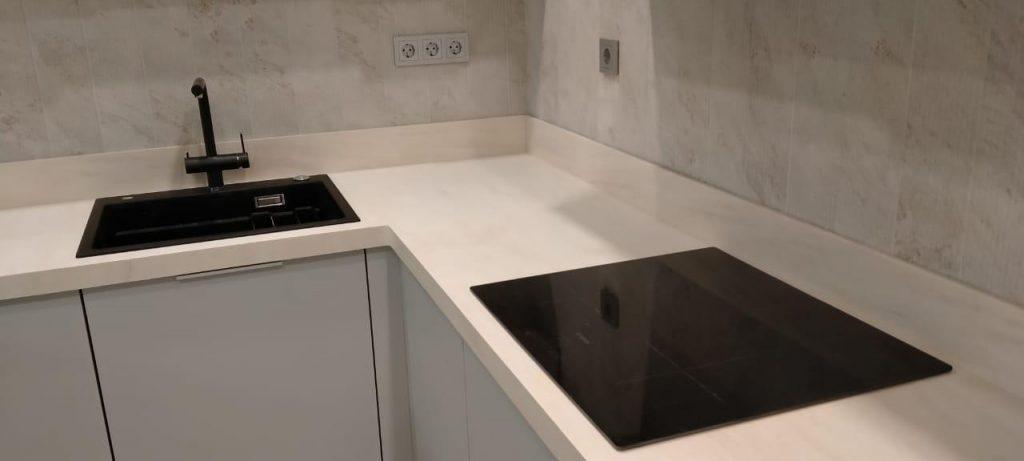 Белая П-образная столешница для кухни из искусственного камня TriStone - фото 4