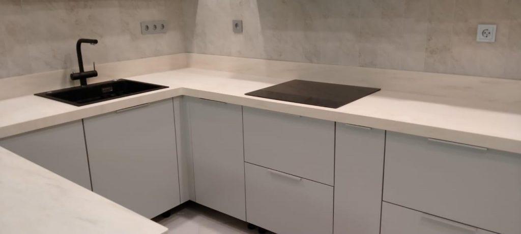 Белая П-образная столешница для кухни из искусственного камня TriStone - фото 5