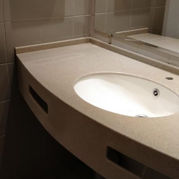 Бежевая столешница в ванную из искусственного камня TriStone - фото 16