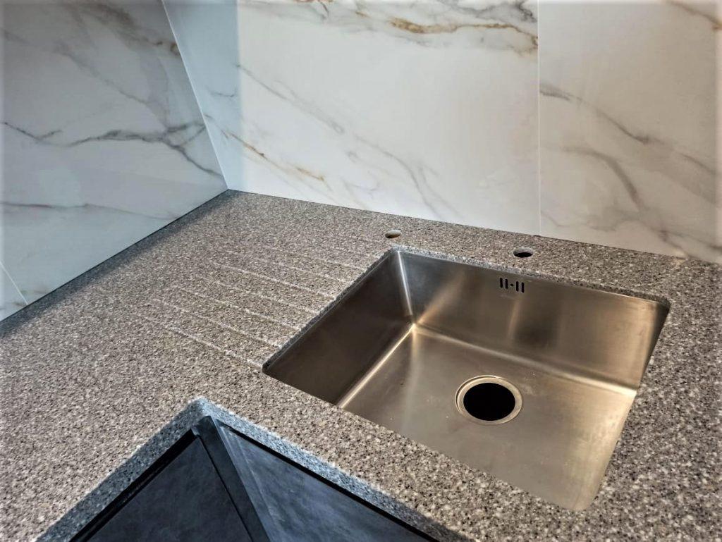 Угловая столешница для кухни с ногой в пол из искусственного камня Tristone - фото 3