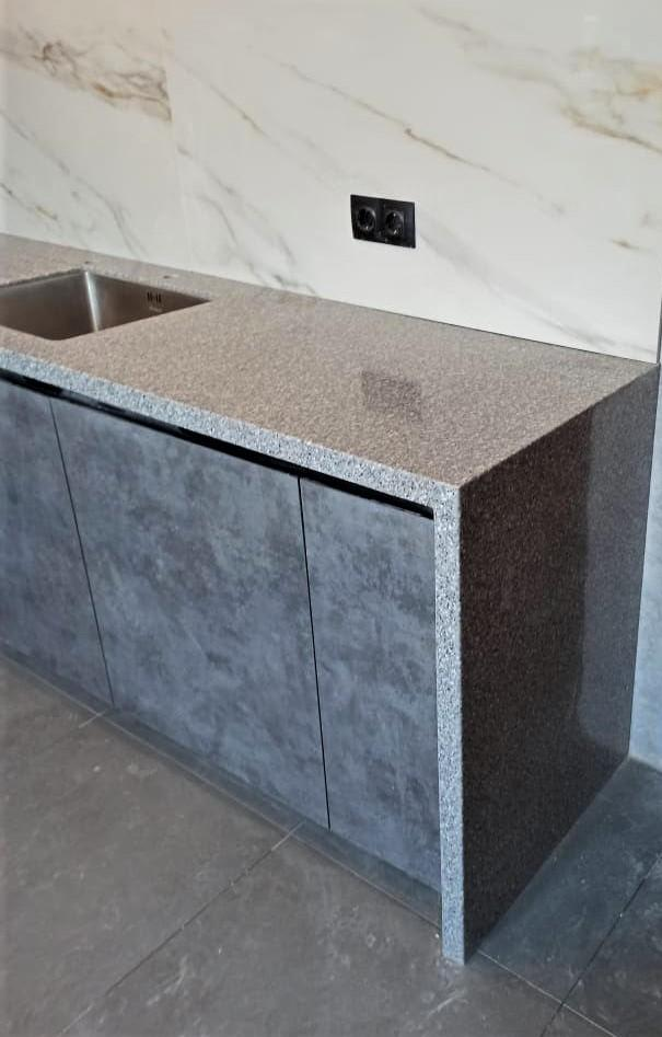 Угловая столешница для кухни с ногой в пол из искусственного камня Tristone - фото 4