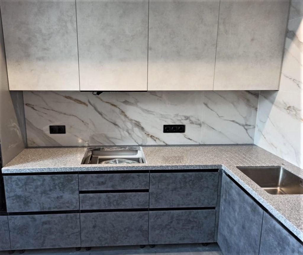 Угловая столешница для кухни с ногой в пол из искусственного камня Tristone - фото 1