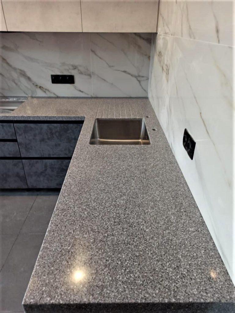 Угловая столешница для кухни с ногой в пол из искусственного камня Tristone - фото 7