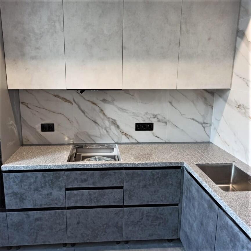 Угловая столешница для кухни с ногой в пол из искусственного камня Tristone - фото 17