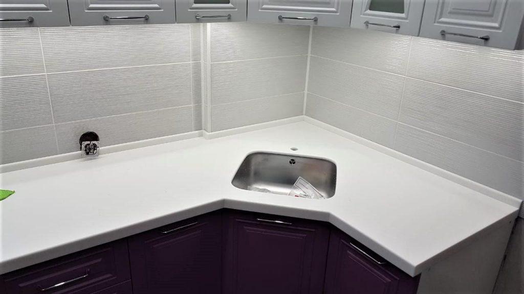 Белая Г-образная столешница для кухни из камня Staron - фото 1