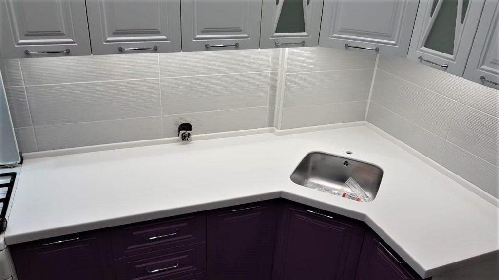 Белая Г-образная столешница для кухни из камня Staron - фото 2