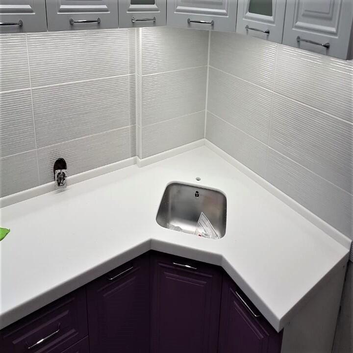 Белая Г-образная столешница для кухни из камня Staron - фото 12