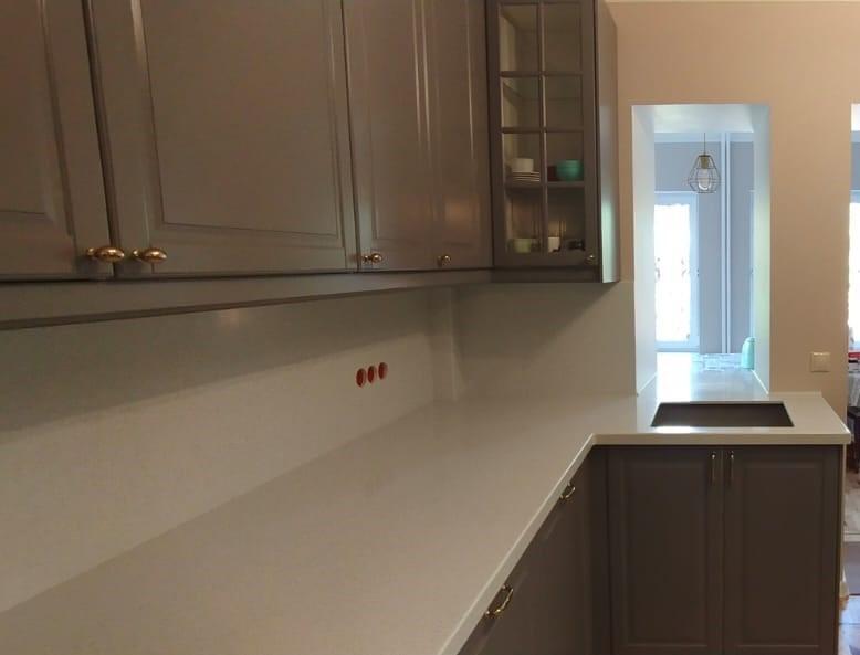 Белая Г-образная столешница для кухни из камня Grandex  A-423 Industrifl Draft - фото 3