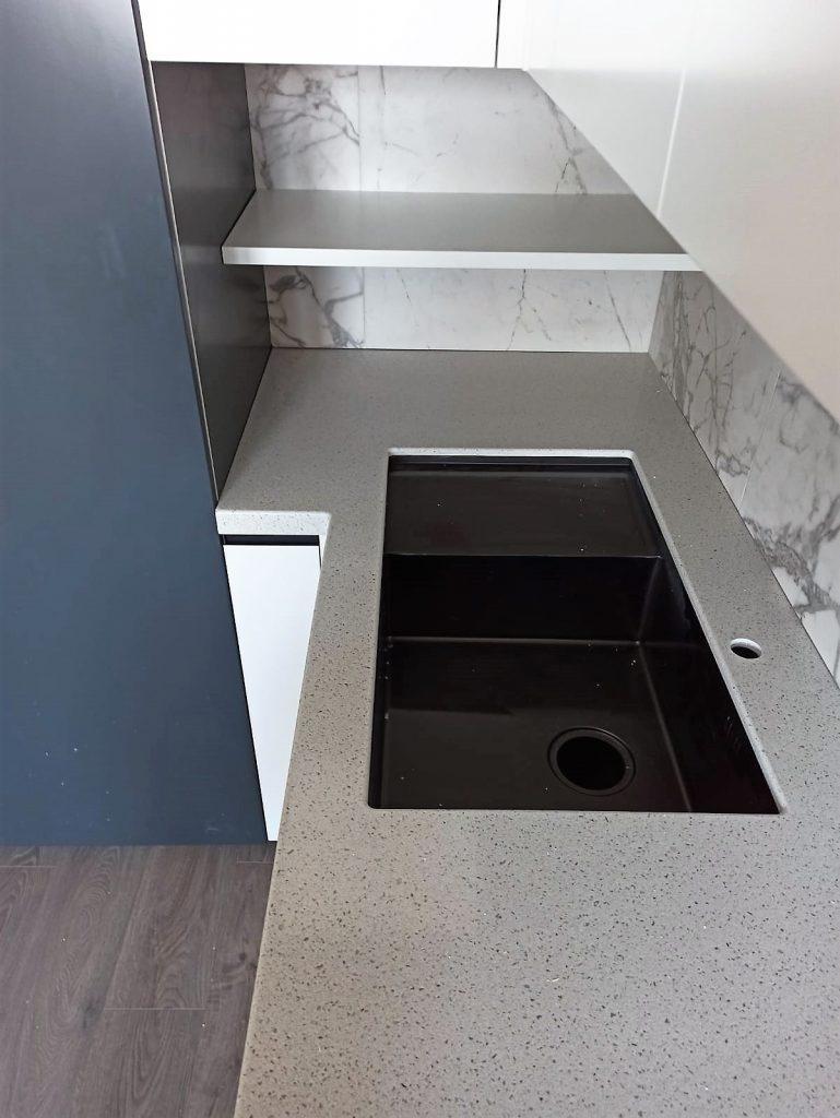 Г-образная столешница для кухни из искусственного камня Grandex E-609 Business Tokio - фото 4