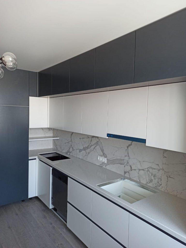 Г-образная столешница для кухни из искусственного камня Grandex E-609 Business Tokio - фото 1