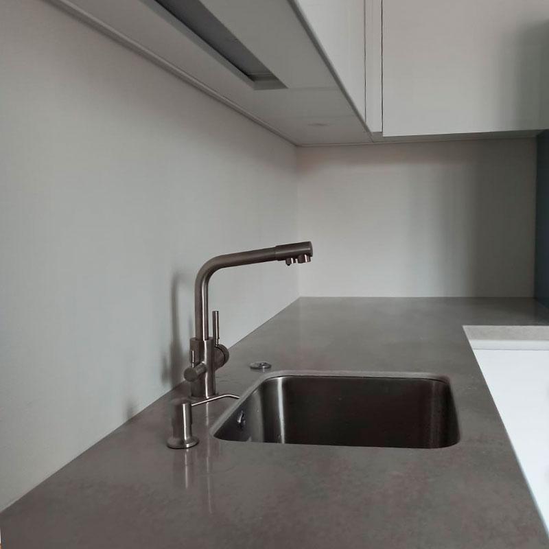 Серая столешница для кухни из искусственного камня Staron VU127 Noble Pearl - фото 11