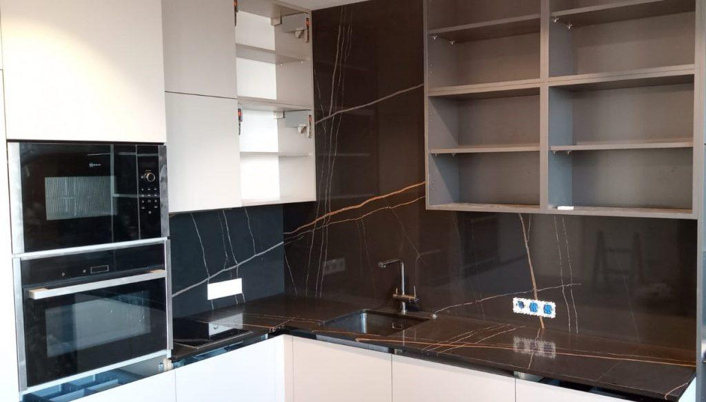 Угловая столешница для кухни и стеновая панель из кварцевого агломерата Quartz 7700 Калакатта Марсель - фото 1