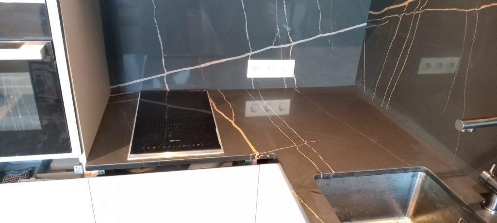 Угловая столешница для кухни и стеновая панель из кварцевого агломерата Quartz 7700 Калакатта Марсель - фото 2
