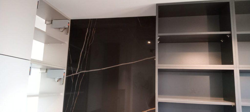 Угловая столешница для кухни и стеновая панель из кварцевого агломерата Quartz 7700 Калакатта Марсель - фото 4