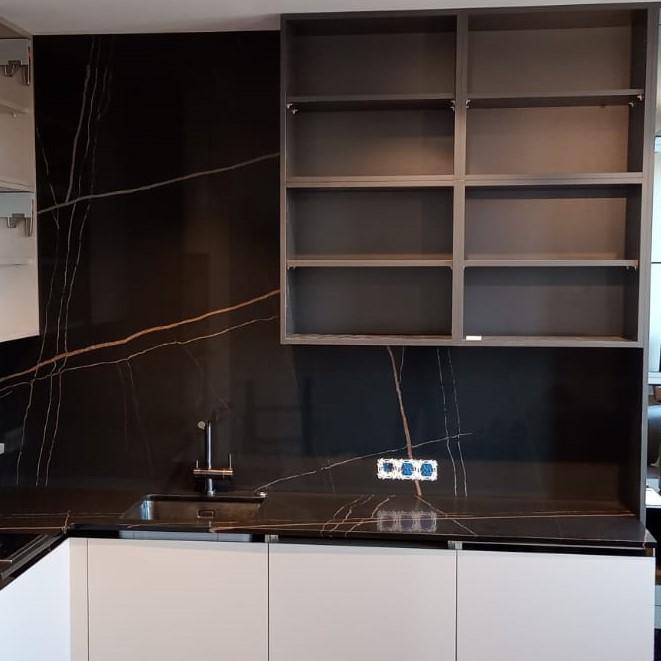 Угловая столешница для кухни и стеновая панель из кварцевого агломерата Quartz 7700 Калакатта Марсель - фото 6