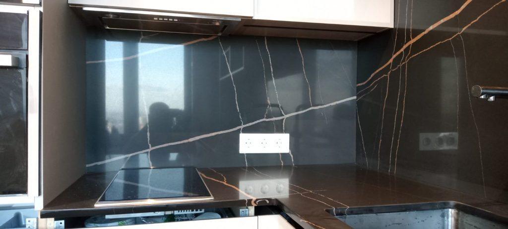 Угловая столешница для кухни и стеновая панель из кварцевого агломерата Quartz 7700 Калакатта Марсель - фото 8